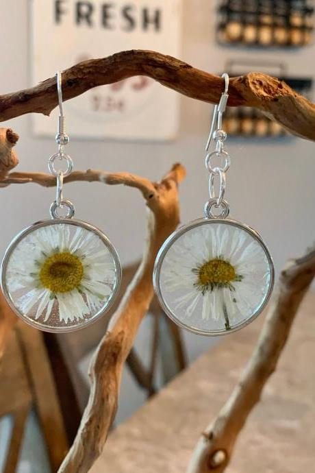 Pressed dried daisy flowers earrings, resin flower jewelry, unique gift for grad, preserved flowers, boho, minimalist jewelry gifts, nature gift,