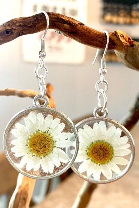 Pressed daisy flowers earrings, resin flower jewelry, unique gift for grad,preserved flowers, boho, minimalist jewelry gifts, nature gift,