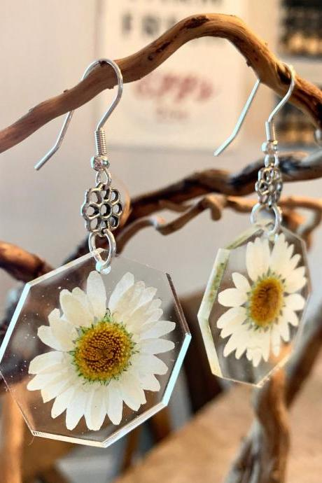 Real flower earrings, pressed daisy flower earrings,resin jewelry,preserved flowers,botanical,boho,gift,special occasion,jewelry for women,bridal jewelry,graduation gift